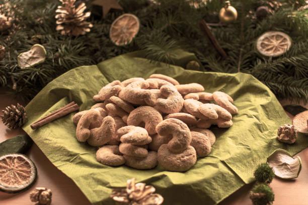 Weihnachtsplätzchen vor einer Anordnung von Tannenzweigen – Foto