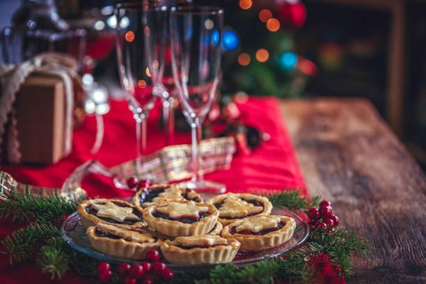 weihnachtsplätzchen mit marmelade serviert für urlaub - aufstrich weihnachten stock-fotos und bilder