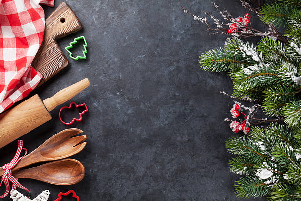 christmas cooking utensils and tree - backrahmen stock-fotos und bilder