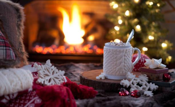 weihnachten gemütliche heiße schokolade vor dem kamin - behaglich stock-fotos und bilder