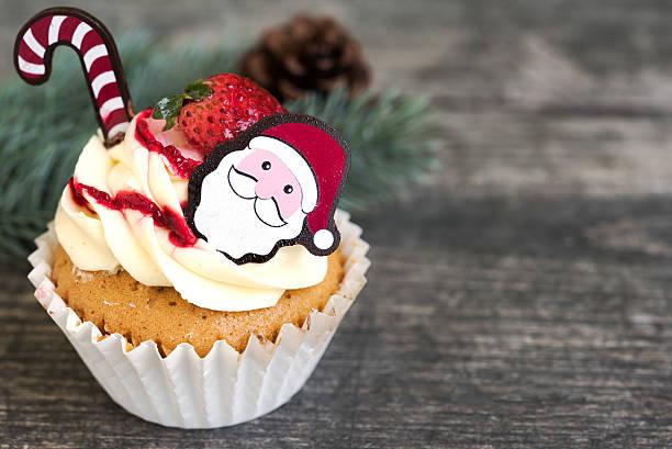 christmas cupcake with santa claus and fir tree - weihnachtsmannhüte aus erdbeeren stock-fotos und bilder