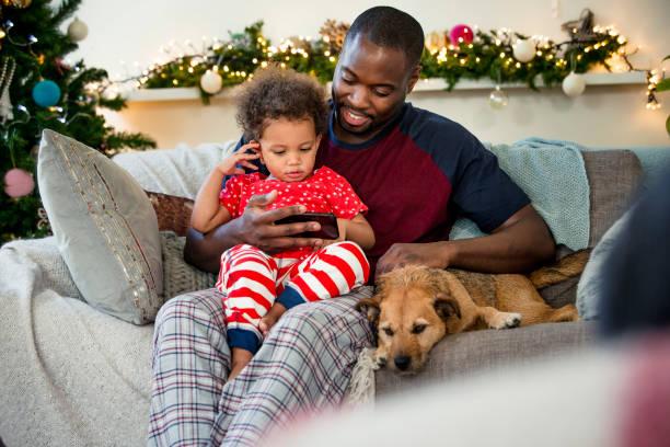 juldagen med sin lilla flicka - cozy at christmas bildbanksfoton och bilder