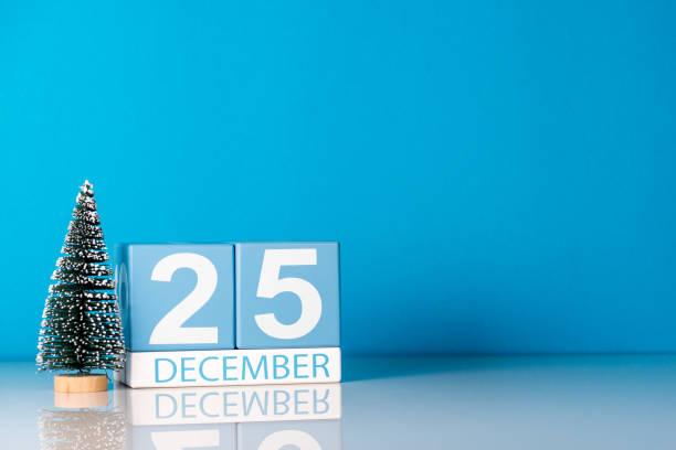 weihnachten. am 25. dezember. tag 25 dezember monats kalender mit kleinen weihnachtsbaum auf blauem hintergrund. winterzeit. leeren raum für text. neujahr-konzept - geburtstag vergessen stock-fotos und bilder