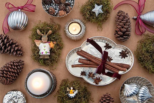 weihnachts-design-konzept in silber, marsala, braun und grün - sternmoos stock-fotos und bilder