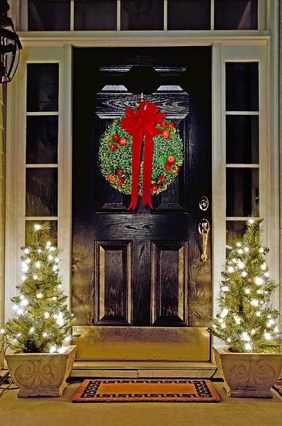 weihnachten ausgestattete veranda - deko hauseingang weihnachten stock-fotos und bilder