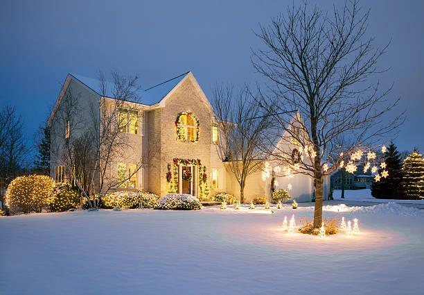 natal decorada casa com iluminação de natal, com neve - christmas lights imagens e fotografias de stock