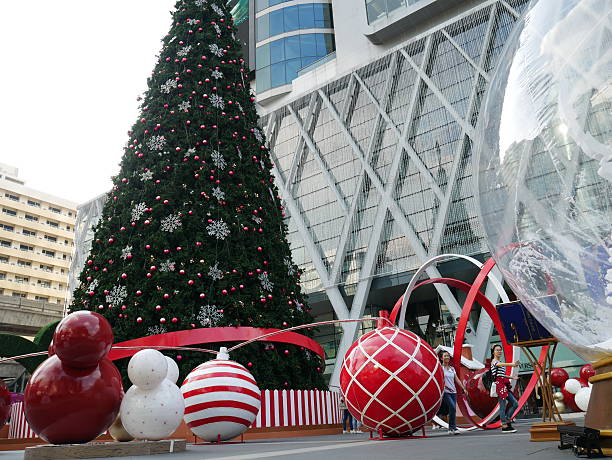 weihnachten dekoration und shopping mall - modernes disney stock-fotos und bilder