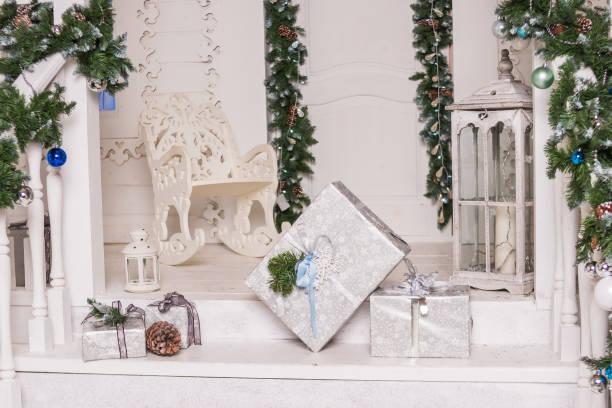 weihnachts-dekoration zu hause eingang, terrasse, treppe, stufen. weihnachten geschenke-geschenkbox und rustikale dekoration auf vintage holz-hintergrund. kreative dekoration für haus. kopieren sie die raumgestaltung. - buchstabentür kränze stock-fotos und bilder