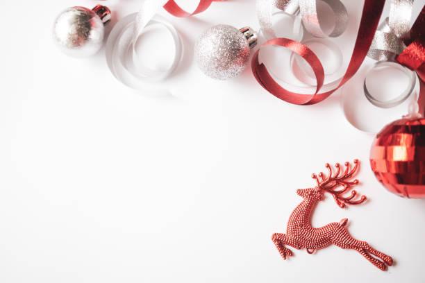 Weihnachtsdekoration für das neue Jahr, Weihnachten, Geburtstag, Jubiläum, Feier Konzept Hintergrund in rot und weiß Farbstil – Foto