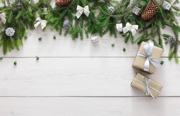 weihnachts-dekoration, geschenk-boxen und girlande rahmenhintergrund - holzdeko weihnachten stock-fotos und bilder