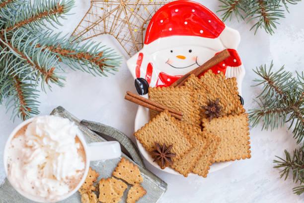 weihnachts-dekoration: heißer kakao mit cookies - aufstrich weihnachten stock-fotos und bilder