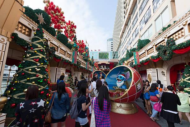 weihnachtsdekoration in hong kong - disney dekorationen stock-fotos und bilder