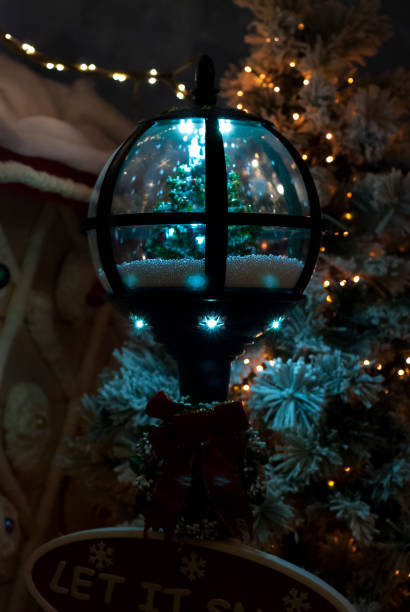 Christmas decoration, light with the Christmas tree in the snow inside - foto stock