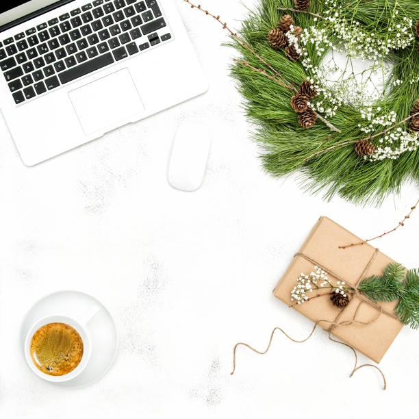 クリスマス装飾オフィスワーク場所フラット レイアウト - アイコン プレゼント ストックフォトと画像
