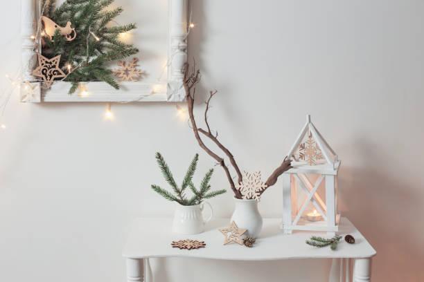 weihnachtsdekoration auf weiße hintergrundwand - shabby deko stock-fotos und bilder