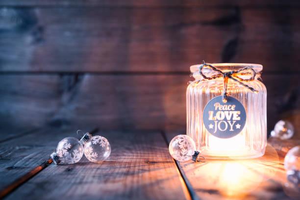decoração de natal na madeira velha - vela jar etiqueta cartão - luz da vela - fotografias e filmes do acervo