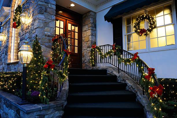 weihnachtsdekoration - weihnachtlich beleuchtete häuser stock-fotos und bilder