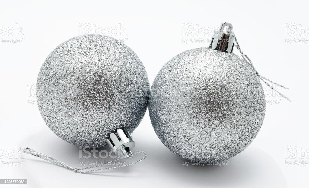 Silberne Weihnachtskugeln.Dekoration Silberne Weihnachtskugeln Isoliert Stockfoto Und