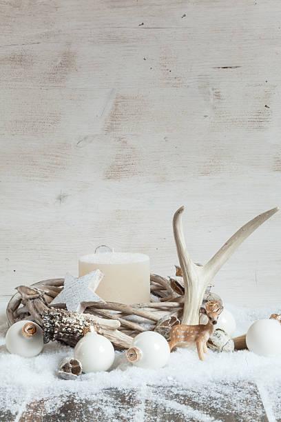 christmas decoration with candle, wreath, antler, figurine and b - deko geweih stock-fotos und bilder