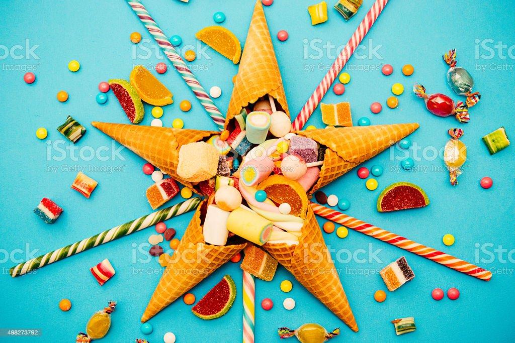 Weihnachtsdekoration mit Süßigkeiten, marshmellows, Lutscher und Pfefferminzbonbons Lizenzfreies stock-foto