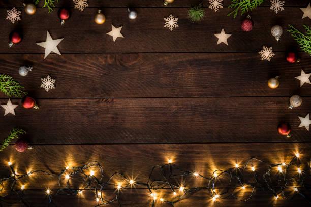 素朴な木製のテーブルの上にコピースペースを持つクリスマスの装飾 - クリスマス ストックフォトと画像