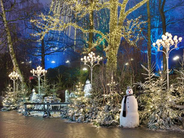 juldekoration med snögubbar i nöjesparken liseberg i göteborg - liseberg bildbanksfoton och bilder