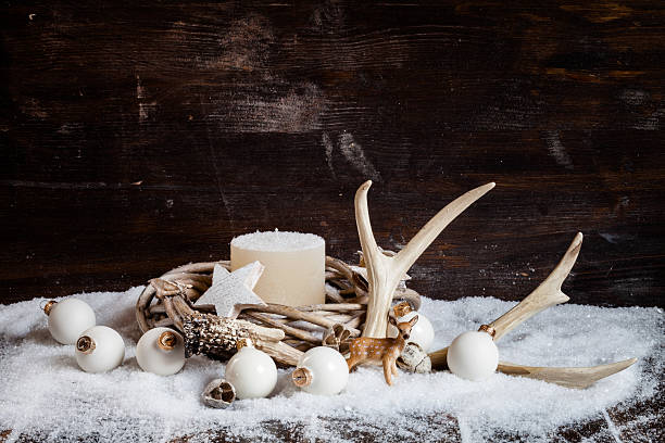 christmas decoration, wreath with white candle, baubles, antler - deko geweih stock-fotos und bilder