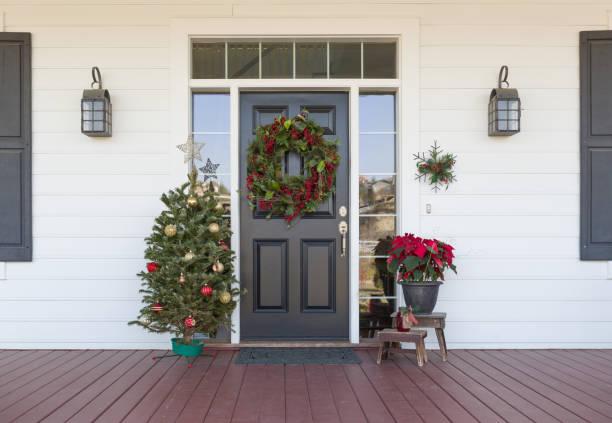 Weihnachtsdekorationen vor der Haustür – Foto