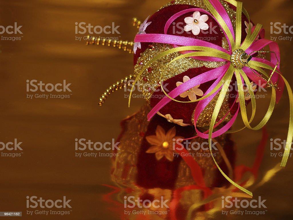 Weihnachten Dekoration ball auf einem goldenen Hintergrund Lizenzfreies stock-foto