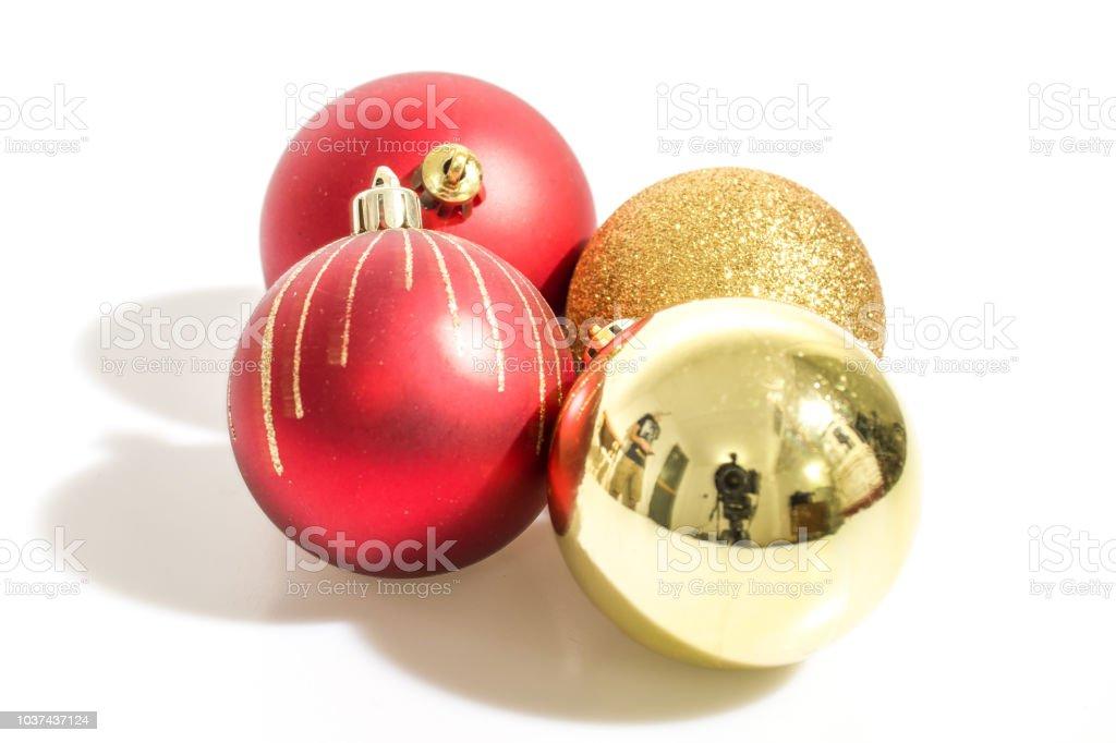 Goldene Weihnachtskugeln.Weihnachtsschmuck Detaillierte Rote Und Goldene Weihnachtskugeln In