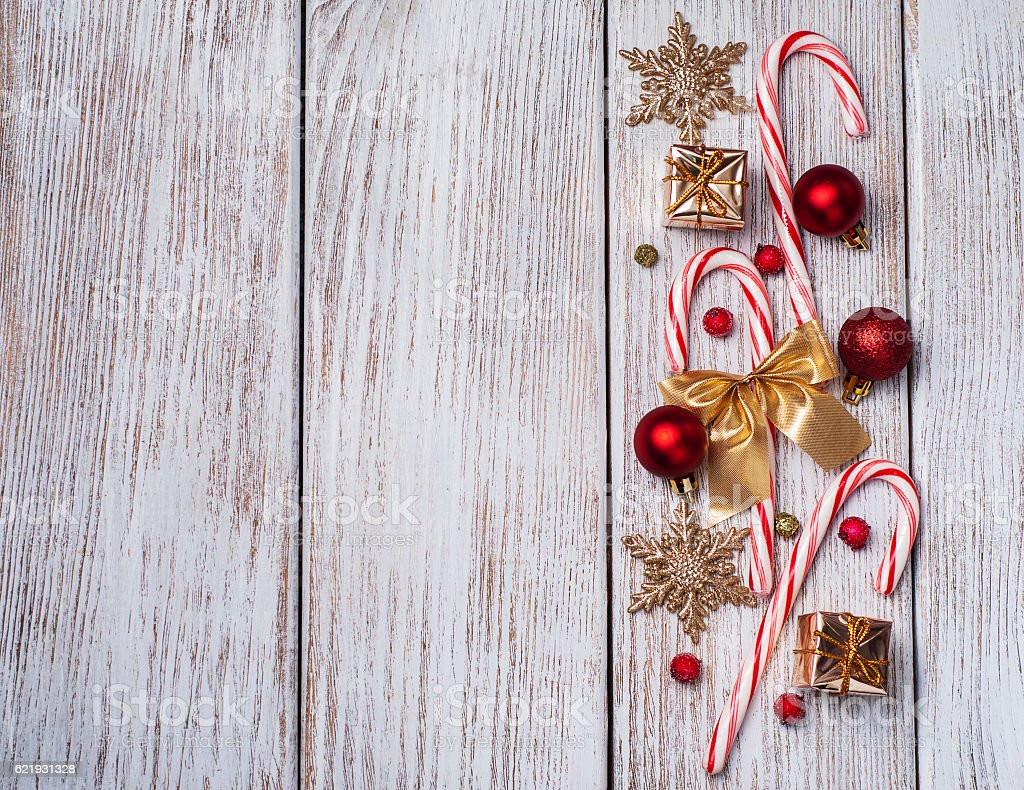 christmas decorations - gift box, candy canes - foto de stock