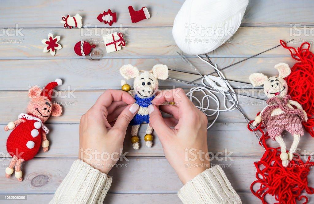 Adornos de Navidad hechos a mano. Chica hace regalos de Navidad. - foto de stock