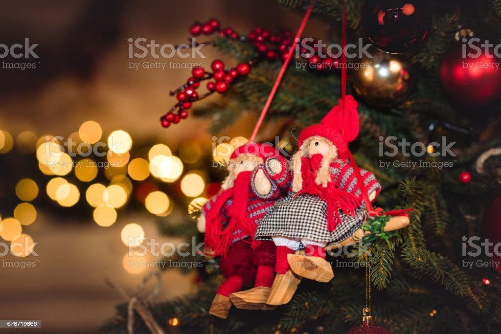 Christmas decorations hanging on fir tree photo libre de droits