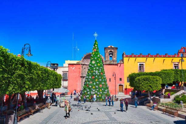역사적인 도시 센터에 nuestra 세 뇨 라 드 건배 교회 앞 크리스마스 장식 - salud 뉴스 사진 이미지
