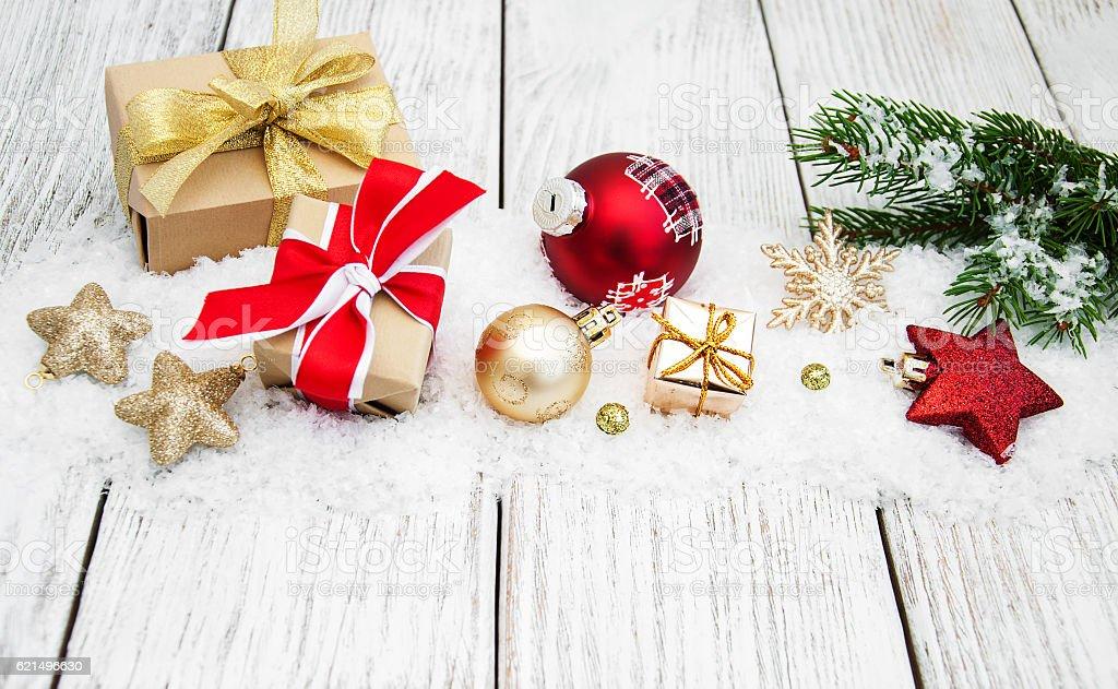Décorations de Noël dans la neige photo libre de droits
