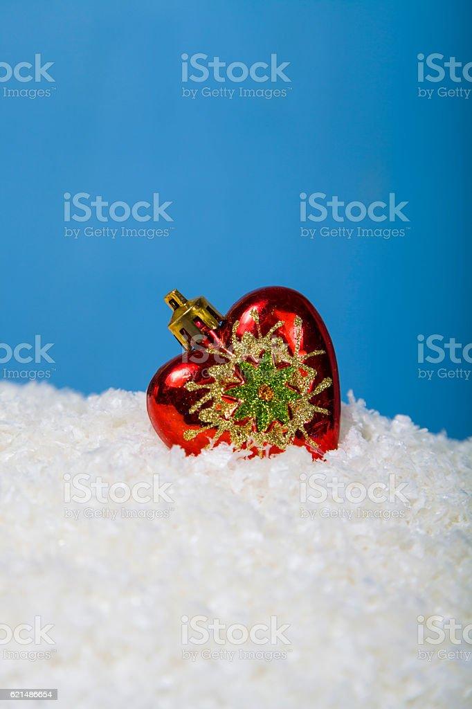 Decorazioni di Natale sotto la neve foto stock royalty-free