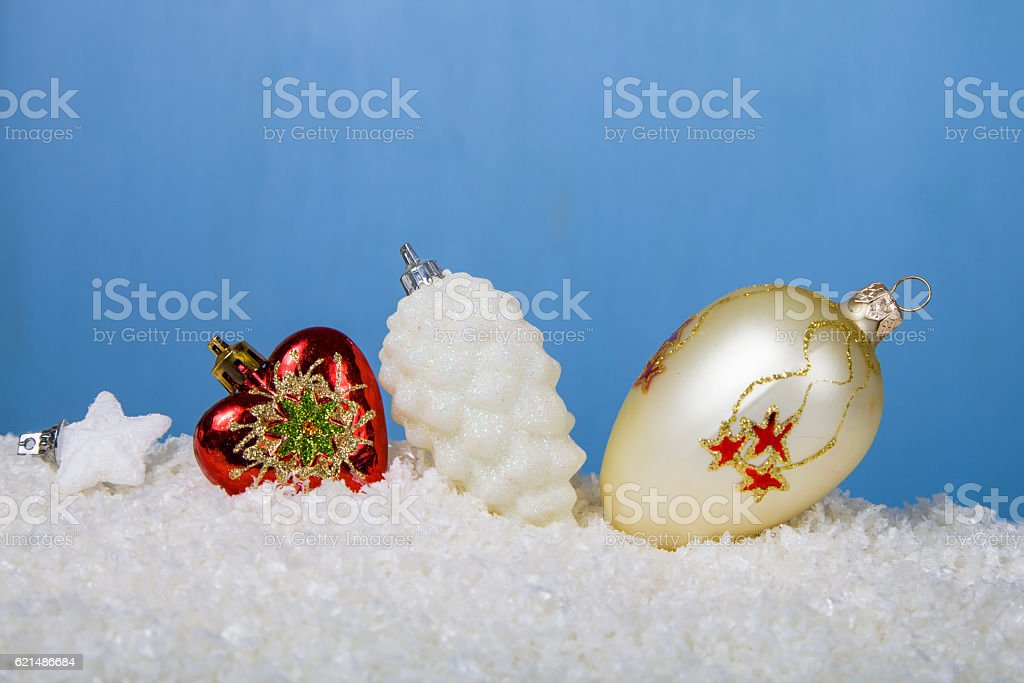 Decorazioni di Natale sotto la neve foto stock royalty-free