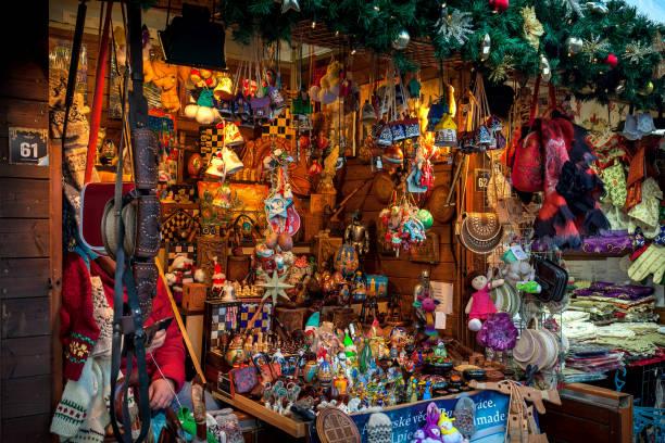 decorações de natal no quiosque de madeira, em praga. - praga boémia - fotografias e filmes do acervo