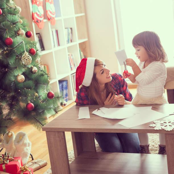 weihnachtsdekoration aus papier - basteln mit kindern weihnachten stock-fotos und bilder