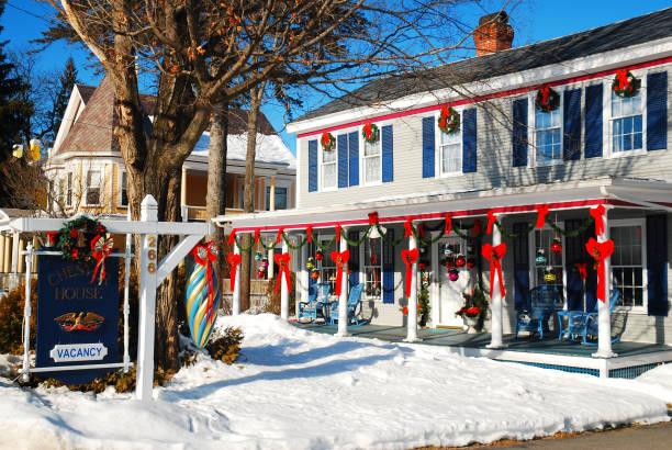 Weihnachtsdekorationen auf einem Gasthaus in Vermont – Foto