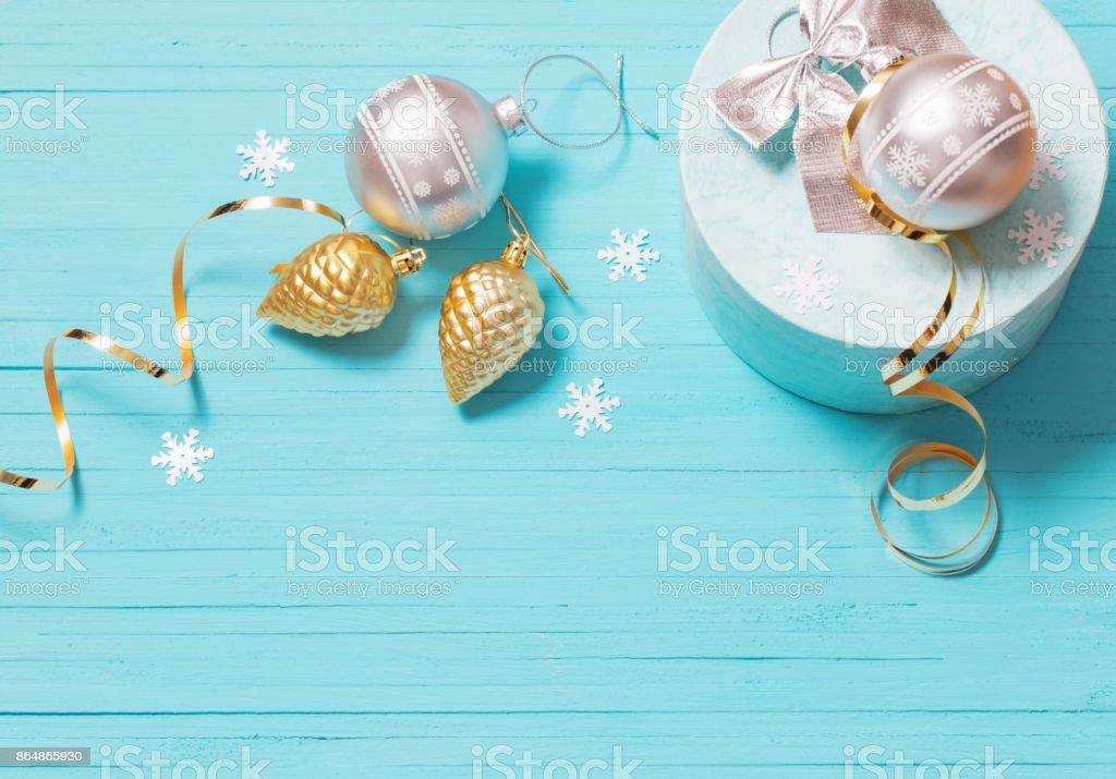 Decoraciones de Navidad sobre fondo de madera azul - foto de stock