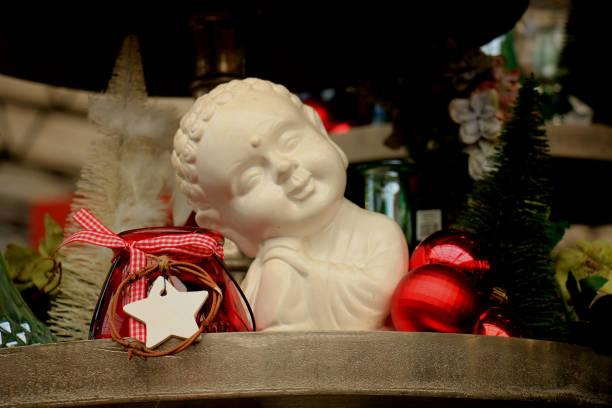 weihnachts-dekorationen auf dem display - engelsflügel kaufen stock-fotos und bilder