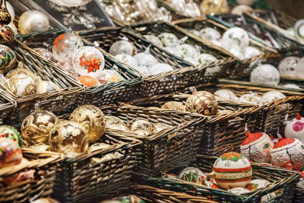 weihnachts-dekorationen auf dem markt in wien - engelsflügel kaufen stock-fotos und bilder