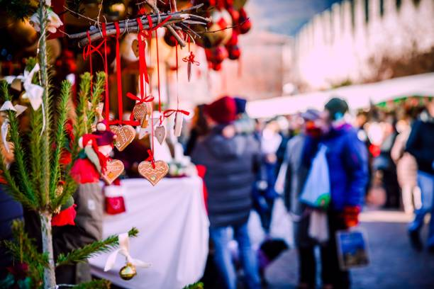 weihnachts-dekorationen auf trentino alto adige, italien-weihnachtsmarkt - weihnachtsfeier münchen stock-fotos und bilder