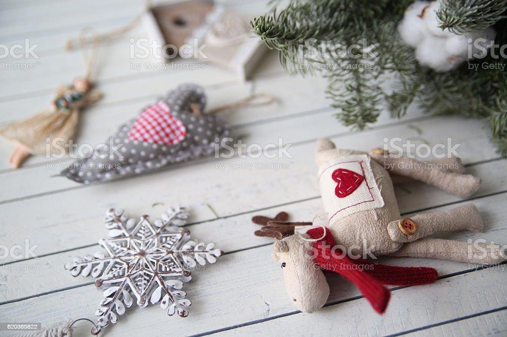 Decorações de natal em fundo de madeira foto de stock royalty-free