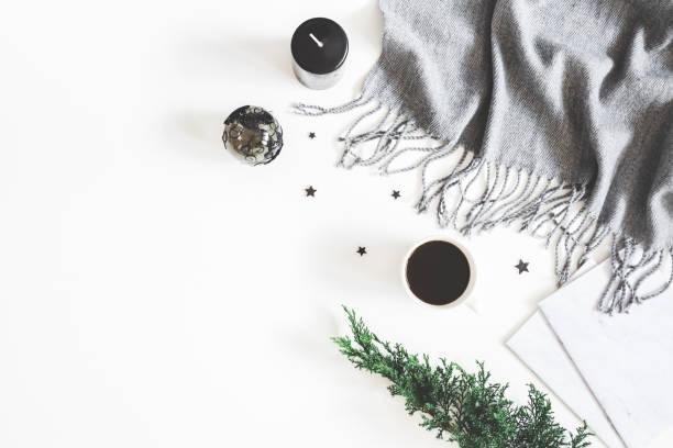 weihnachtsschmuck, plaid, tanne zweig, notebook, tasse kaffee auf weißem hintergrund. weihnachten, neujahr, winter-konzept. flach legen, top aussicht, textfreiraum - schal mit sternen stock-fotos und bilder