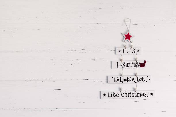 dekorative hölzerne weihnachtsgirlande mit text - zitate weihnachten stock-fotos und bilder
