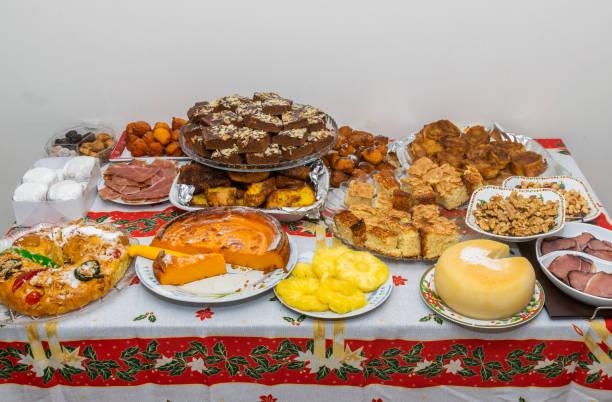 weihnachts-dessert-tabelle - portugiesische desserts stock-fotos und bilder