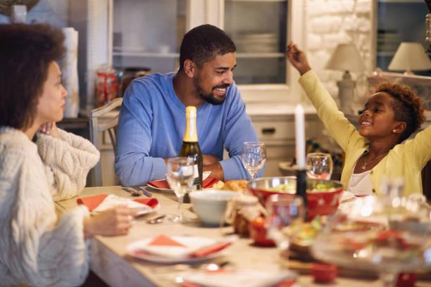 Weihnachtsessen, afrikanische Familie am Tisch zusammen – Foto