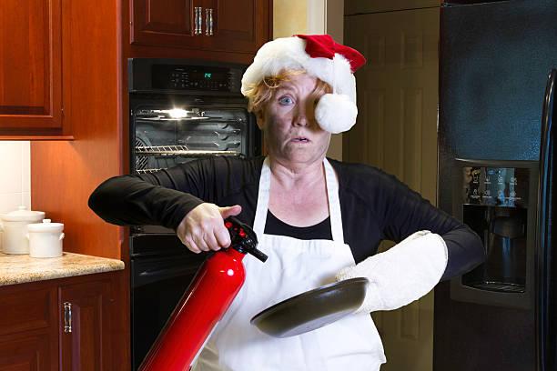 jantar de natal cozinhar catástrofe com extintor de incêndio - burned oven imagens e fotografias de stock